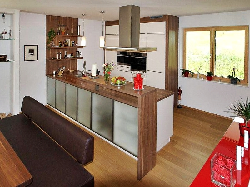 Moderne Küche mit Stangengriffen in Schichtstoff Magnolienweiß Matt,: zoro-wohndesign.at/project/moderne-kueche-ei