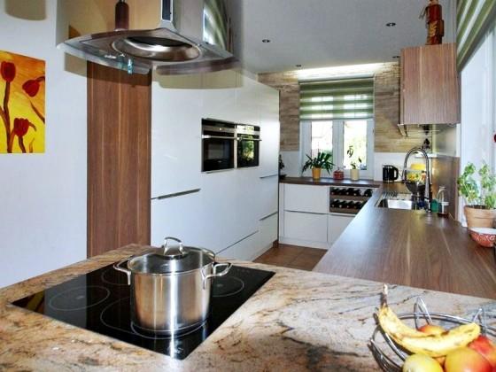 Moderne küche in reinweiß matt eingefräste griffleiste